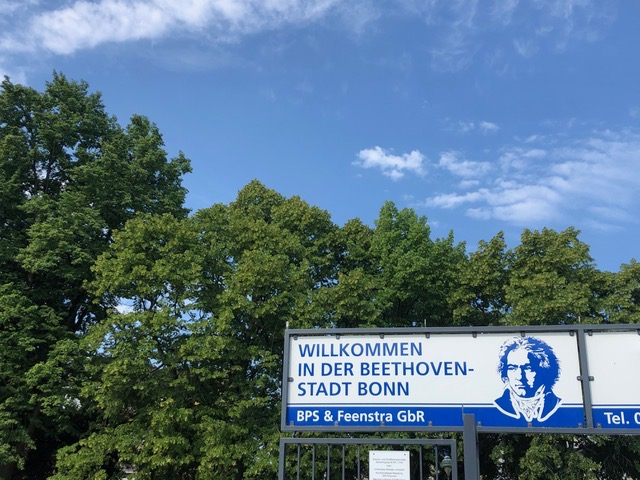 Sign welcoming visitors to the Beethoven City Bonn with trees behind